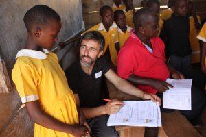 Imagen 1. Actualizando las fichas escolares de las alumnas becadas. Aquí en Kiyindi Communitty Primary School